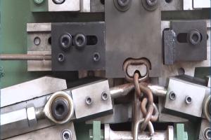 Hệ thống máy cắt và uốn kim loại thành dây xích tự động